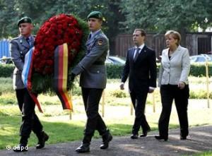 Kanzlerin Merkel, Präsident Medwedew - die Hoffnung stirbt zuletzt: Hat diese schöne Geste der Versöhnung Einfluss auf immer noch ungelöste Fragen?