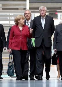Trümpfe im Ärmel – Regierungschefs Angela Merkel, Stanislaw Tillich (Sachsen) und Horst Seehofer (Bayern) Foto: dpa/Kumm