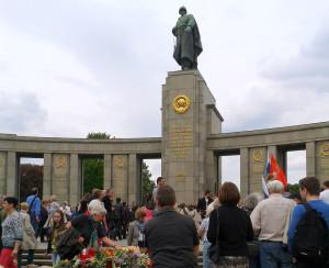 Tag der Befreiung 2015 am sowjetischen Ehrenmal im Berliner Tiergarten Foto: Peter Richter