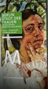 Selbstbildnis von Charlotte Berend Corinth, der Frau des Malers Lovis Corinth, angefertigt 1921, obwohl der Mann das nicht wollte. Ihr Leben ist ein Beispiel für Selbstbehauptung in schwerer Zeit und künstlerischer Emanzipation, auch außerhalb ihres Heimatlandes. Nach dem Tode ihres Mannes 1925 betreute sie dessen Nachlass, malte, zeichnete und gründete eine Malschule, um Gleichgesinnten mitzuteilen, was in ihnen steckt an Talent und Vermögen.